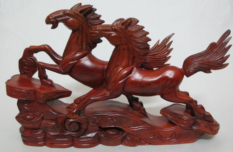 Tượng ngựa gỗ phong thủy - Ý nghĩa và cách bài trí mang lại tài lộc